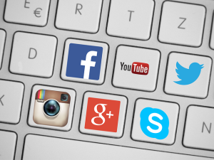 Teclado con los logos de diversas redes sociales